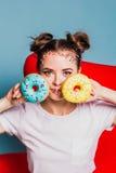 Meisje met donuts Royalty-vrije Stock Afbeelding