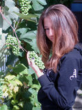 Meisje met druiven Stock Foto