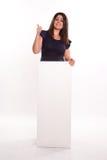 Meisje met duim op de raad van het holdingsbericht Stock Afbeeldingen