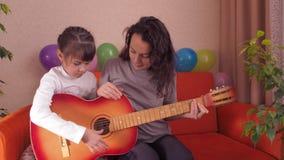 Meisje met een akoestische gitaar stock videobeelden