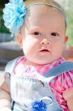Meisje met een blauwe boog Stock Foto
