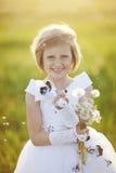 meisje met een bloem royalty-vrije stock fotografie