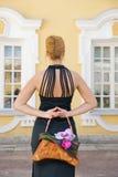 Meisje met een bloemenhandtas stock fotografie
