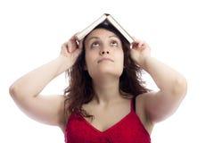 Meisje met een Boek op haar Hoofd stock afbeeldingen