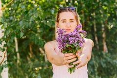 Meisje met een boeket van bloemen, Stock Afbeeldingen