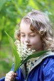 Meisje met een boeket van bloemen Stock Foto's