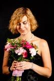 Meisje met een boeket van bloemen Stock Afbeelding