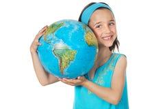 Meisje met een bol van de wereld Stock Afbeeldingen