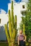 Meisje met een cactus Royalty-vrije Stock Afbeeldingen