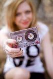 Meisje met een cassette in haar hand stock fotografie