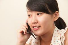 Meisje met een cellphone Stock Foto's