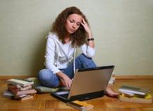 Meisje met een computer Stock Foto