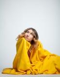 Meisje met een deken Stock Afbeelding