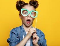 Meisje met een document toebehoren over gele achtergrond stock foto