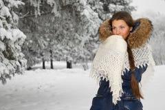 Meisje met een donsachtige sjaal Royalty-vrije Stock Afbeeldingen