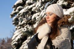 Meisje met een donsachtige sjaal Royalty-vrije Stock Fotografie