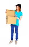 Meisje met een doos op witte achtergrond wordt geïsoleerd die Royalty-vrije Stock Fotografie