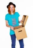 Meisje met een doos op witte achtergrond wordt geïsoleerd die Stock Foto