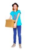 Meisje met een doos op witte achtergrond wordt geïsoleerd die Stock Fotografie