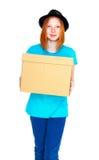 Meisje met een doos op witte achtergrond wordt geïsoleerd die Royalty-vrije Stock Foto