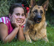 Meisje met een Duitse herder Stock Afbeelding