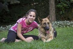 Meisje met een Duitse herder 1 Stock Foto