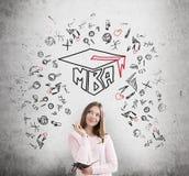 Meisje met een een notitieboekje en MBA-schets stock fotografie