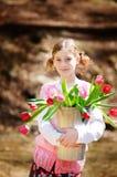 Meisje met een emmer van tulpen Royalty-vrije Stock Afbeelding