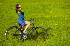 Meisje met een fiets stock foto's