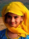 Meisje met een gele sjaal Stock Afbeelding