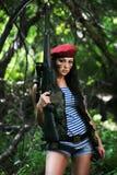 Meisje met een geweer in het hout stock afbeeldingen