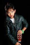 Meisje met een gitaar in zijn leerjasje Royalty-vrije Stock Fotografie
