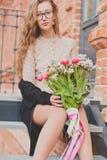 Meisje met een groot boeket van tulpen stock foto