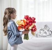 Meisje met een groot boeket van tulpen stock foto's