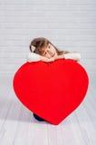 Meisje met een groot hart Stock Afbeelding