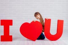 Meisje met een groot woord I liefde u Royalty-vrije Stock Foto