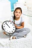 Meisje met een grote klok Royalty-vrije Stock Fotografie