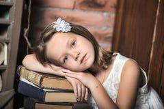 Meisje met een grote stapel boeken Stock Foto's