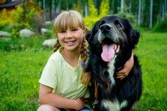 Meisje met een hond stock afbeeldingen