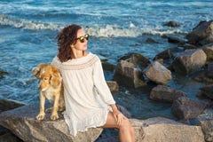 Meisje met een hond een gouden Engels spaniel op de Zwarte Zee 2017 Stock Fotografie