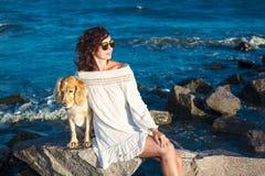 Meisje met een hond een gouden Engels spaniel op de Zwarte Zee 2017 Stock Afbeelding