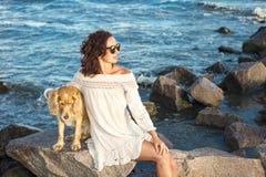 Meisje met een hond een gouden Engels spaniel op de Zwarte Zee 2017 Royalty-vrije Stock Afbeelding