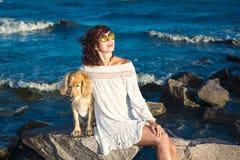 Meisje met een hond een gouden Engels spaniel op de Zwarte Zee 2017 Royalty-vrije Stock Foto's