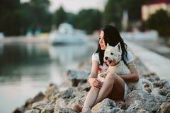 Meisje met een hond op de promenade Royalty-vrije Stock Afbeelding