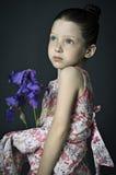 Meisje met een iris Royalty-vrije Stock Afbeelding