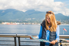 Meisje met een kaart in de stad Stock Foto's