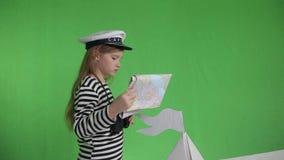 Meisje met een kaart en verrekijkers in de boot stock videobeelden