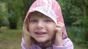 Meisje met een kap stock fotografie