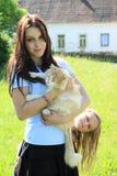 Meisje met een kat Stock Afbeeldingen