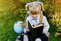 Meisje met een kat en een boek stock afbeelding